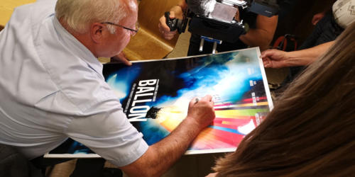 Sogar mitgebrachte Plakate mussten signiert werden.